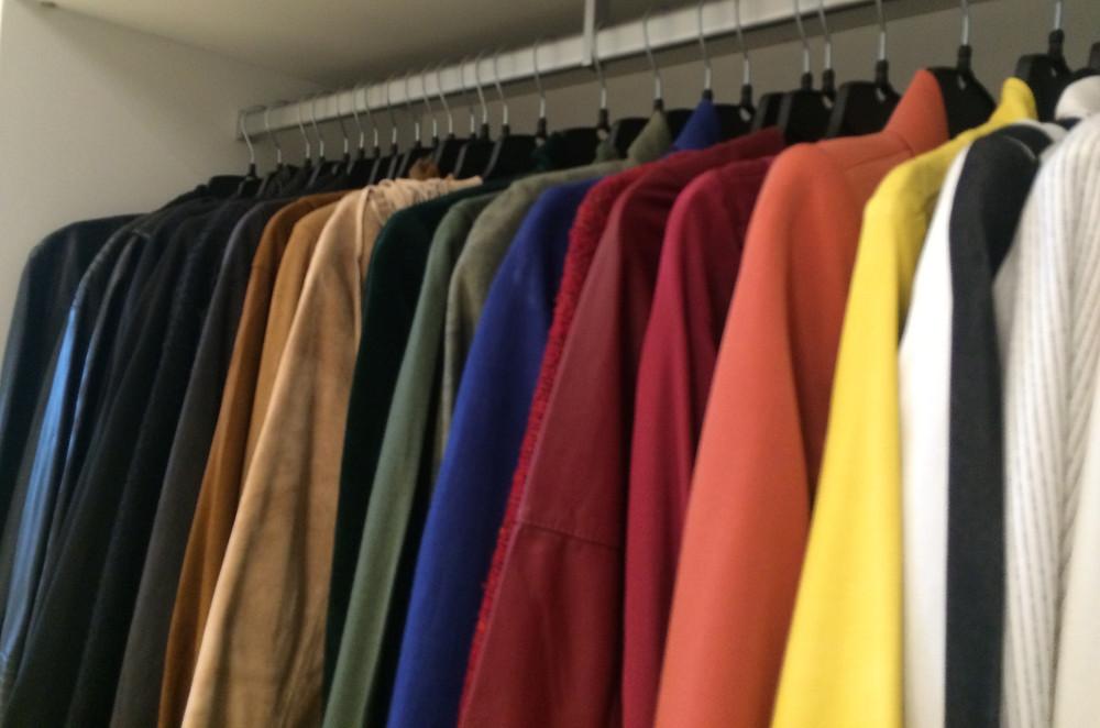roupas penduradas em escala de cor
