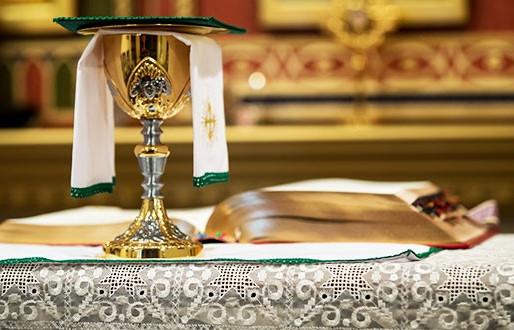A missa sempre teve o mesmo rito, com orações, leituras, ofertório e comunhão?