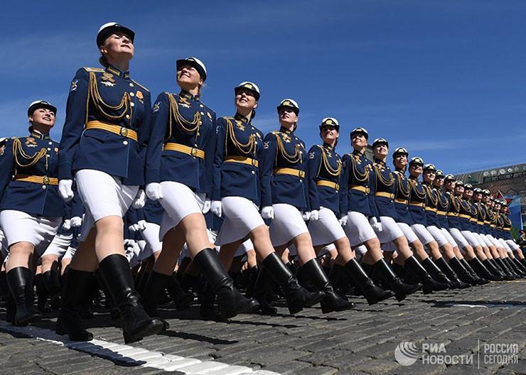 Курсантки Военного университета Министерства обороны России на параде, посвященном 73-й годовщине Победы в ВОВ