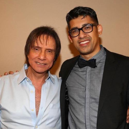 Louri Rodriguez ao lado do cantor Roberto Carlos