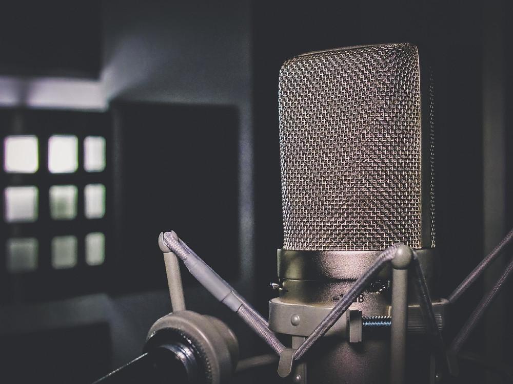 Masanın üzerinde duran bir mikrofon