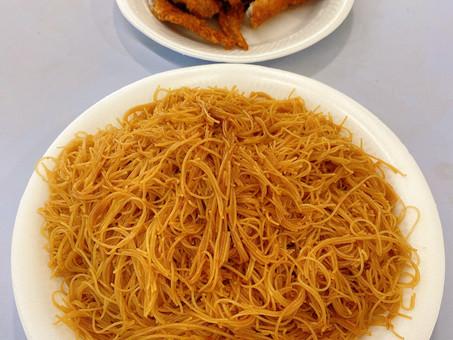 Singapore Hawker Food : Fried Bee Hoon & Fried Chicken Wings