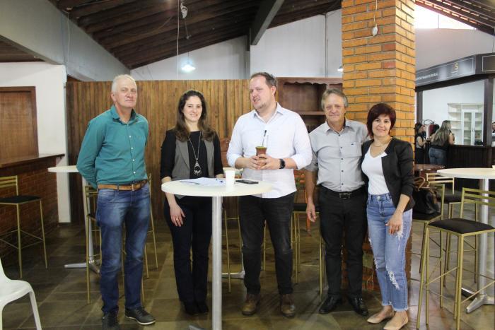 O secretário de Estado da Agricultura, Covatti Filho (C): presença marcante nas ações que envolvem o município de Anta Gorda.