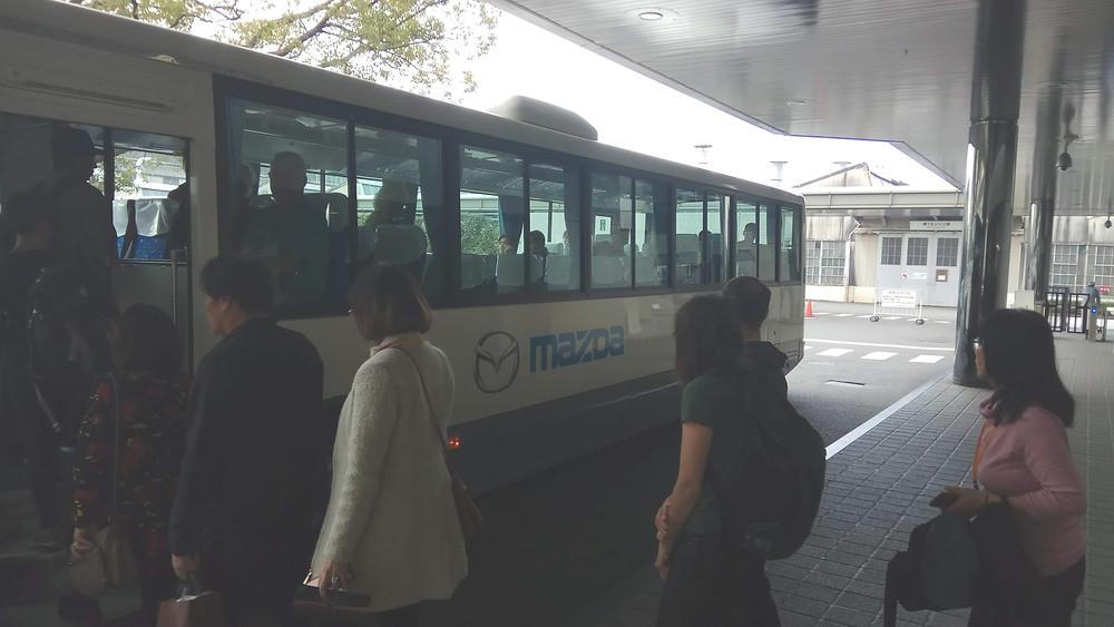 האוטובוס לוקח אותנו לסיור במוזיאון ובמפעל