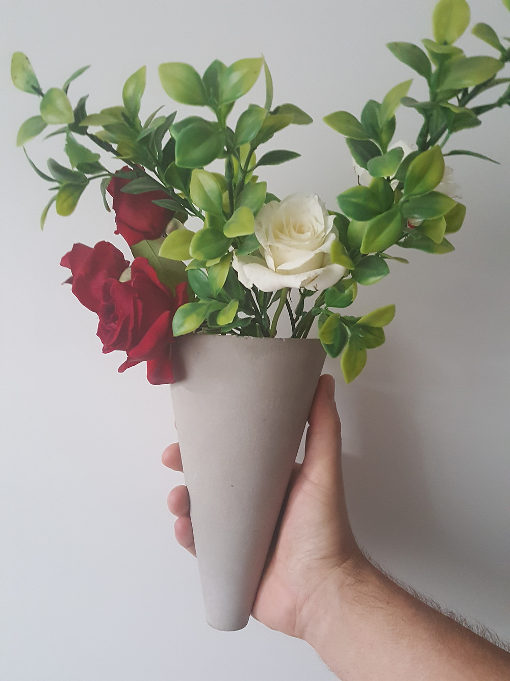 Put a personal touch and fill the vessel with her favourite blooms or go to your garden and gather some. It will double up as the centrepiece decor for the table and something for mom to hold after the flowers have become listless.