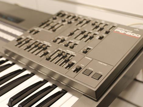 Vi har en skön begagnad Roland JX8P med programmer i butiken för 11999:-