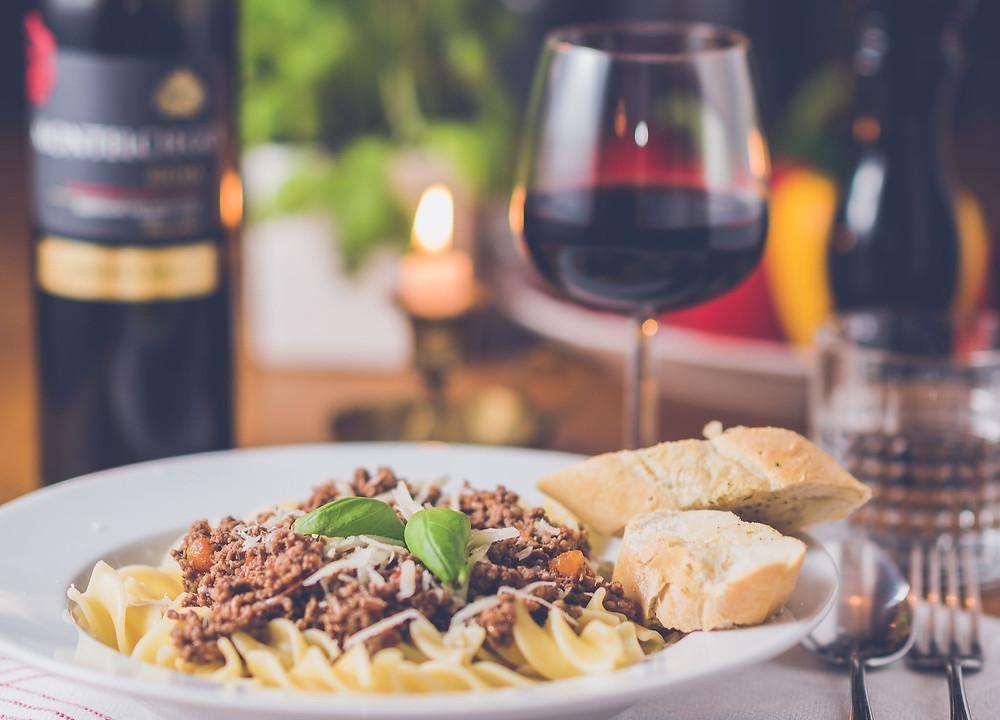 Pasta à la bolognaise et verre de vin rouge
