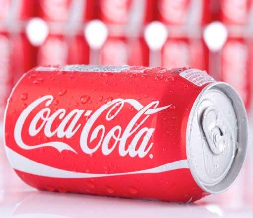 Lata de Coca Cola deitada.