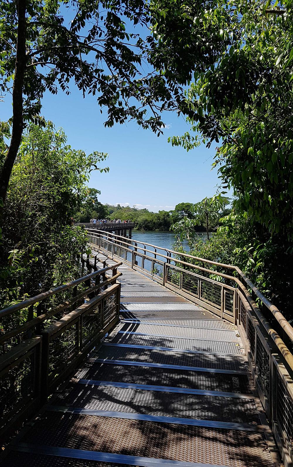 Foto da trilha que leva à Garganta do Diabo e mostra como são as trilhas acessíveis do Parque Nacional Iguazú..