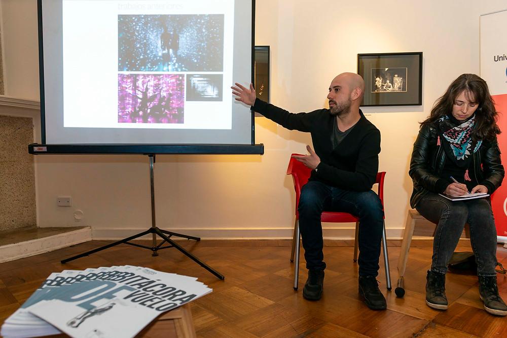 """Sergio Mora-Díaz, autor de """"Ecotono"""", cuenta su experiencia en Bar Galería Aura, Concepción."""