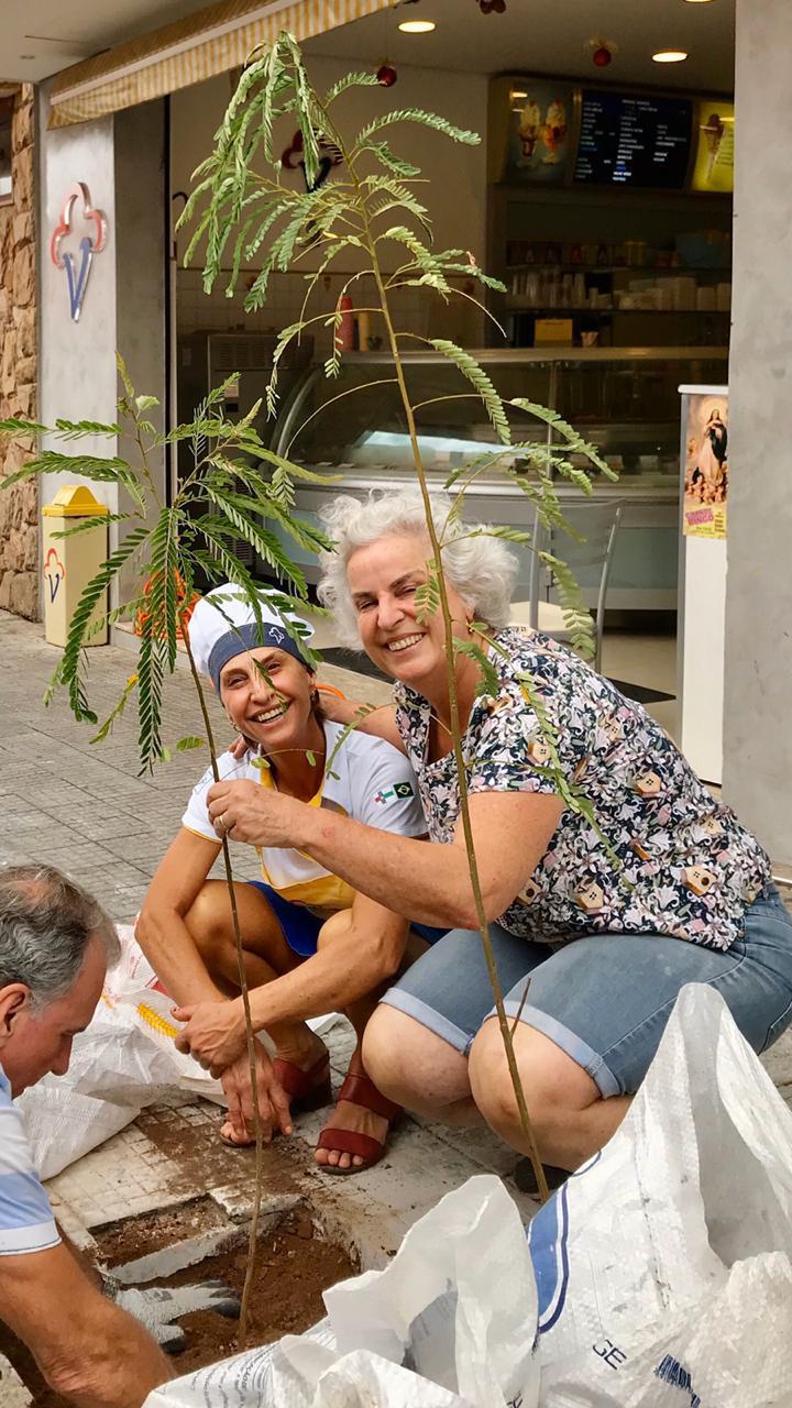 Luiz, Joana e Idanice plantando as mudas de Acácia-Amarela na calçada da Rua Nove de Julho, no Centro de Vinhedo, em frente à Sorveteria Ideal