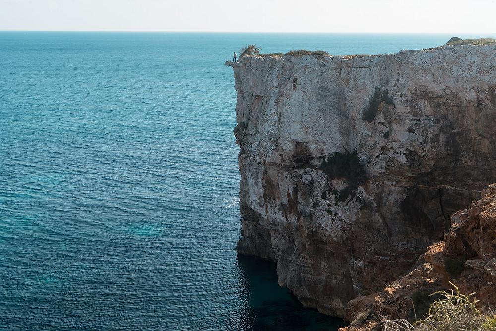 De camino hacia Cala Marmols encontramos un precioso acantilado con una pared alta vertical.