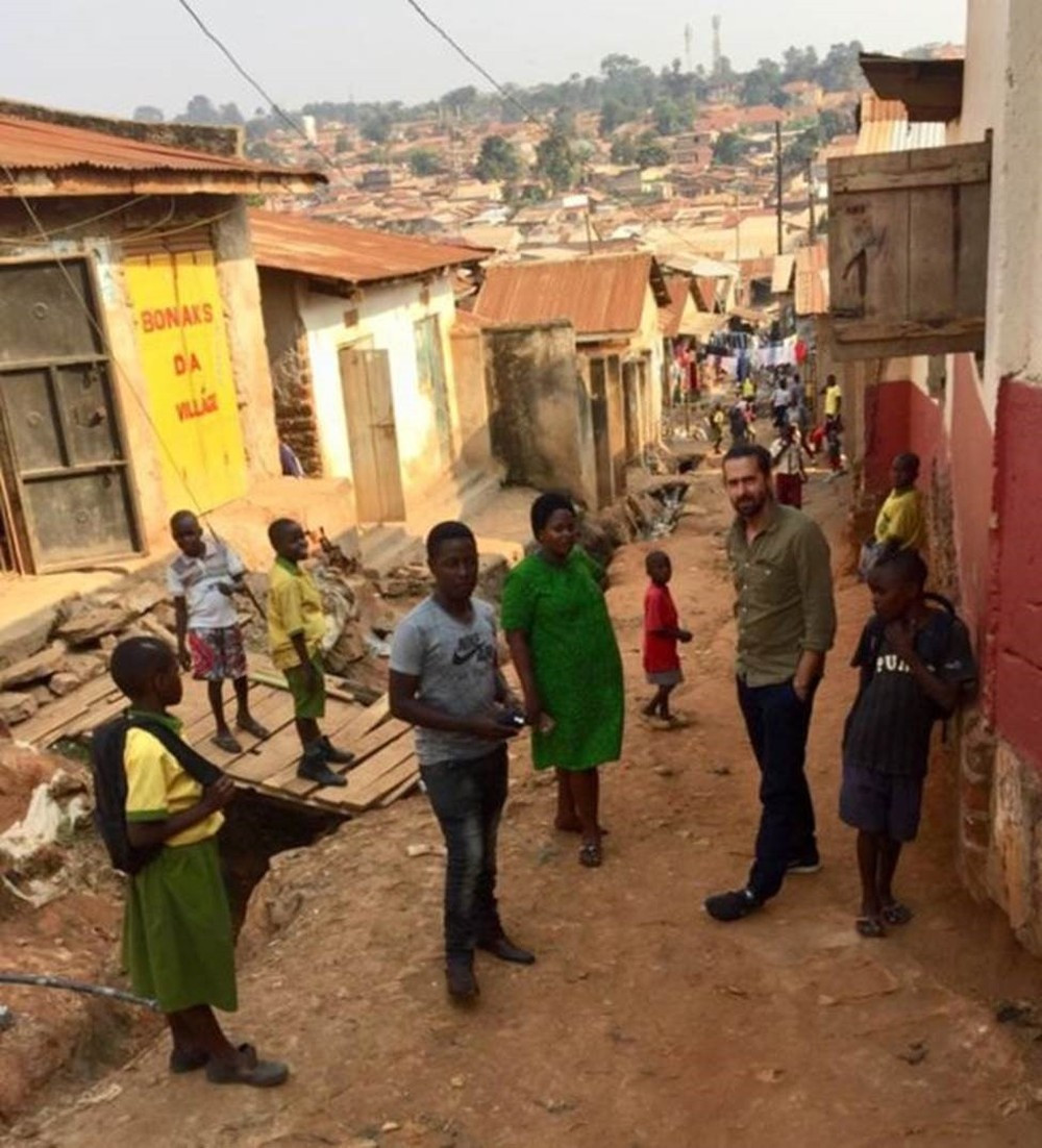 Image caption Daniel, Prudence e Jamie na favela em Campala onde ela trabalha; a enfermeira convenceu muitas pessoas próximas a investir suas economias na OneCoin, e o dinheiro foi perdido