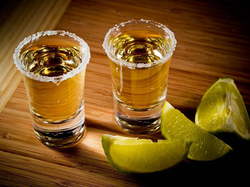 Dos caballitos de tequila.