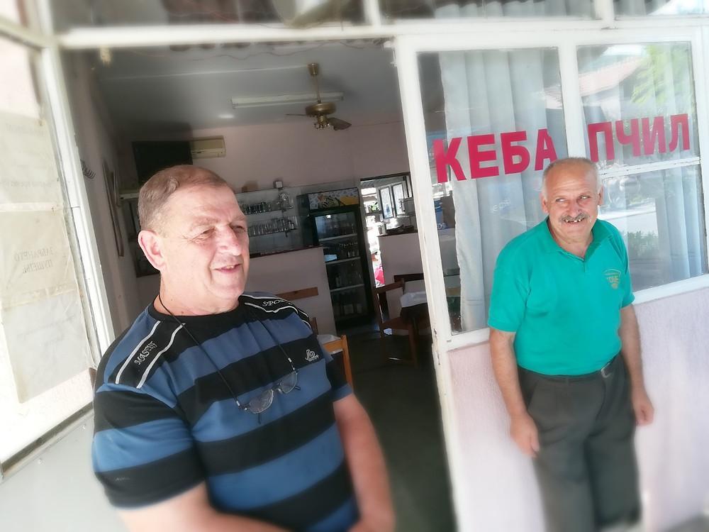 Томе Коцаров со менаџерот на кебапчилницата Бошко Петревски