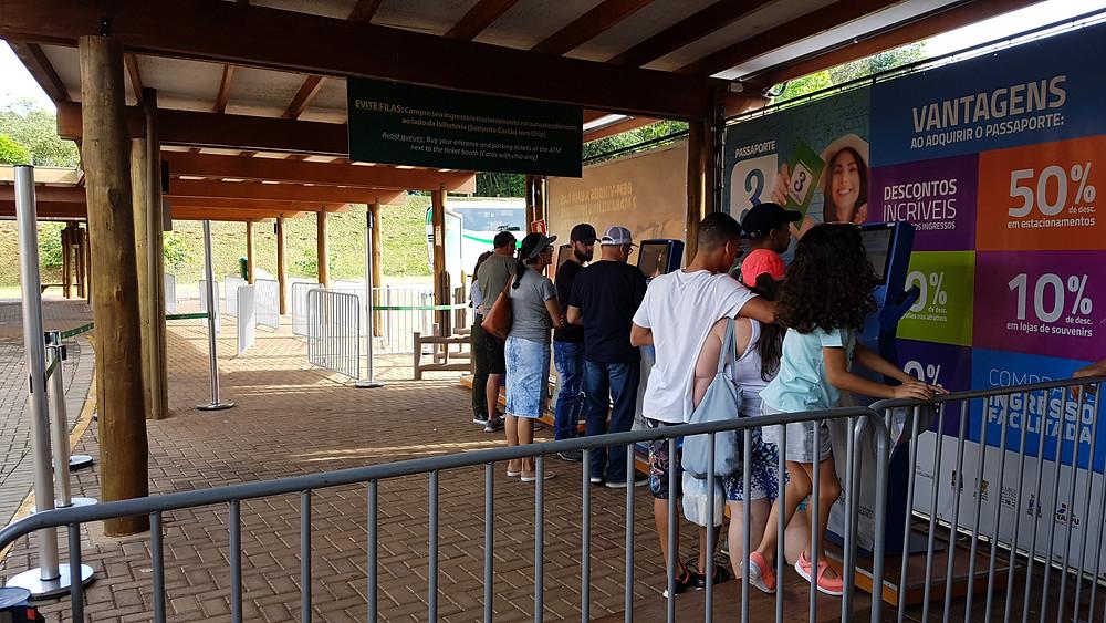 Foto das máquinas de autoatendimento para compra de ingressos e pagamento do estacionamento. do Parque Nacional das Cataratas, em Foz do Iguaçu.