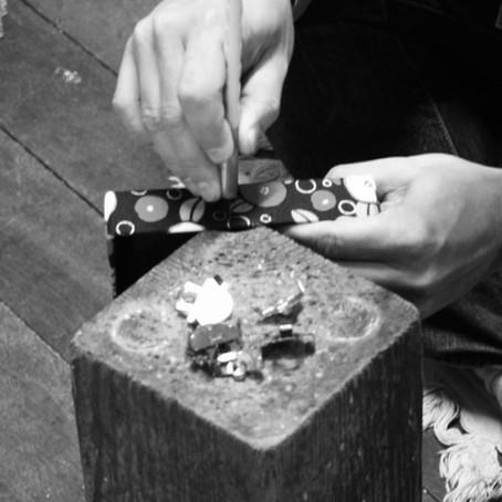 細かな職人技を支える、木の台