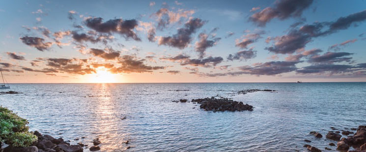 An image of a sunset on a pristine ocean.