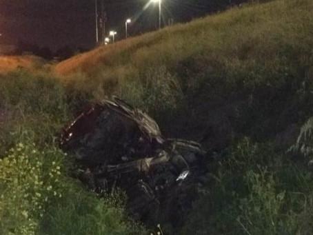 Berazategui: conductor perdió el control, cayó desde la autopista al zanjón y murió