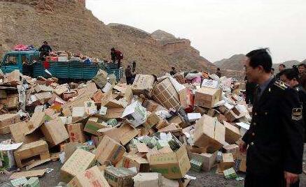 西藏集中销毁黑心棉、假烟假酒等假冒伪劣产品