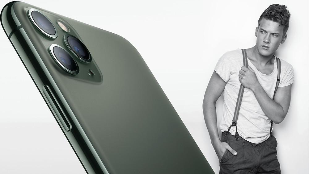 Hombre viendo un iPhone 11.