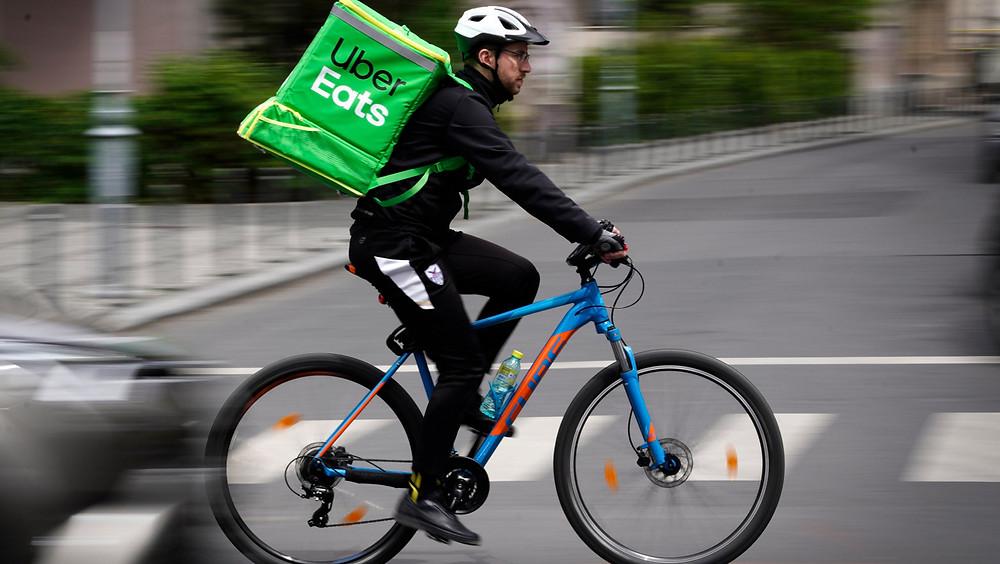 Hombre de Uber Eats en bicicleta.