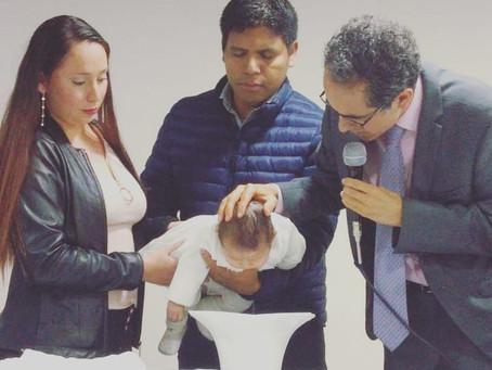 ¿Por qué nuestra iglesia bautiza a los bebés?