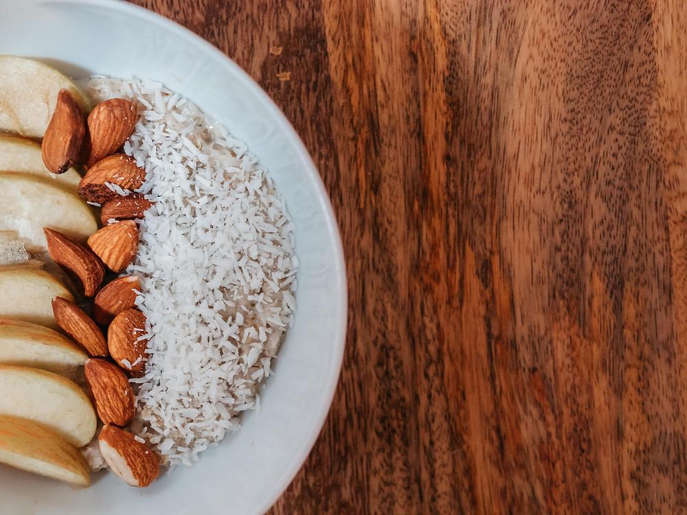 Une recette vegan de porridge à la pomme parfumé à la noix de coco et à la cannelle. Pour plus de gourmandise et un petit déjeuner vegan plus riche, on peut rajouter des amandes riches en protéines, vitamines et nutriments de toutes sortes. Le blog cuisine végétarienne radis et compagnie vous propose sa recette vegan de porridge pomme coco
