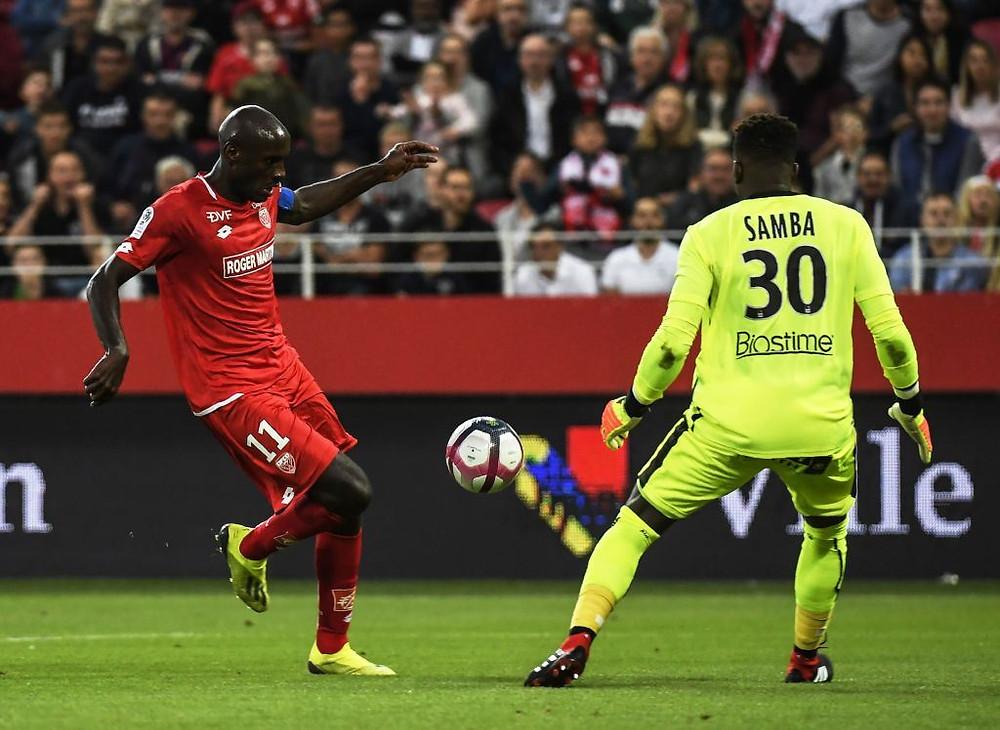 Julio Tavares face à Brice Samba lors du match Dijon FCO et le SM Caen