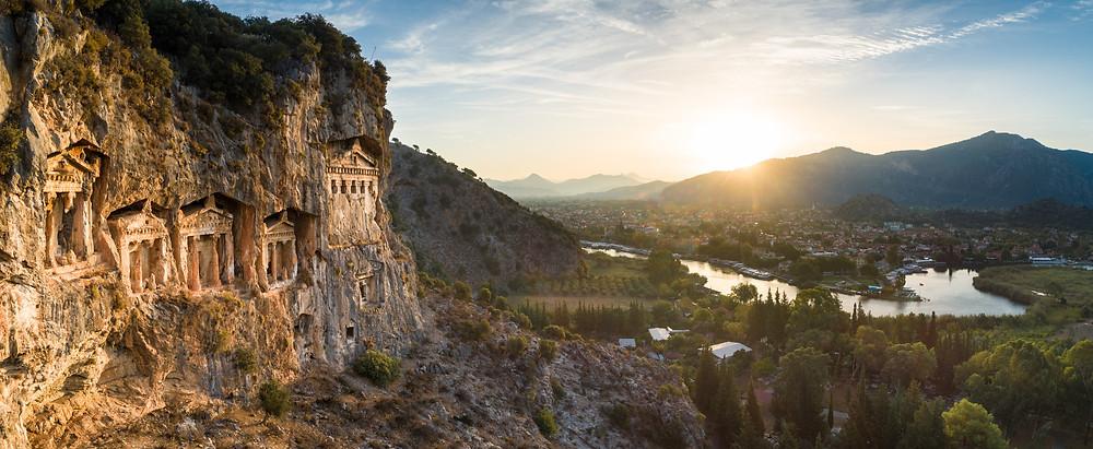 Οι Λαξευτοί Αρχαίοι Τάφοι της Λυκίας (Μικρά Ασία). Στο βάθος διακρίνουμε τον ποταμό Ξανθό.