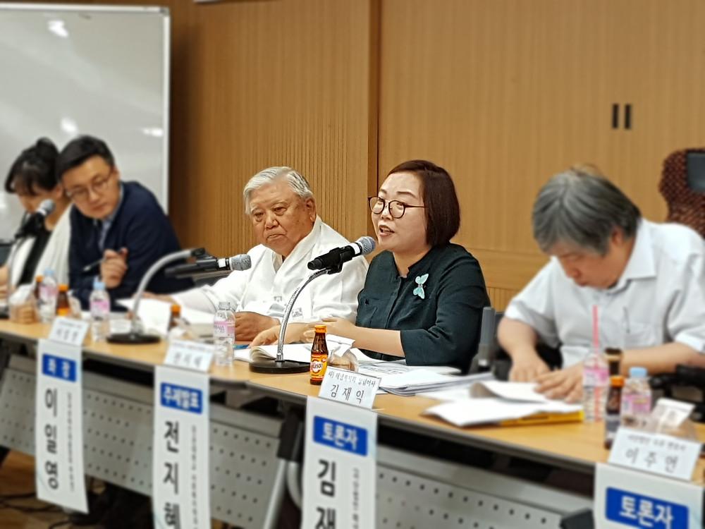 주제발표를 맡은 인천대학교 전지혜 교수 (오른쪽에서 두 번째)