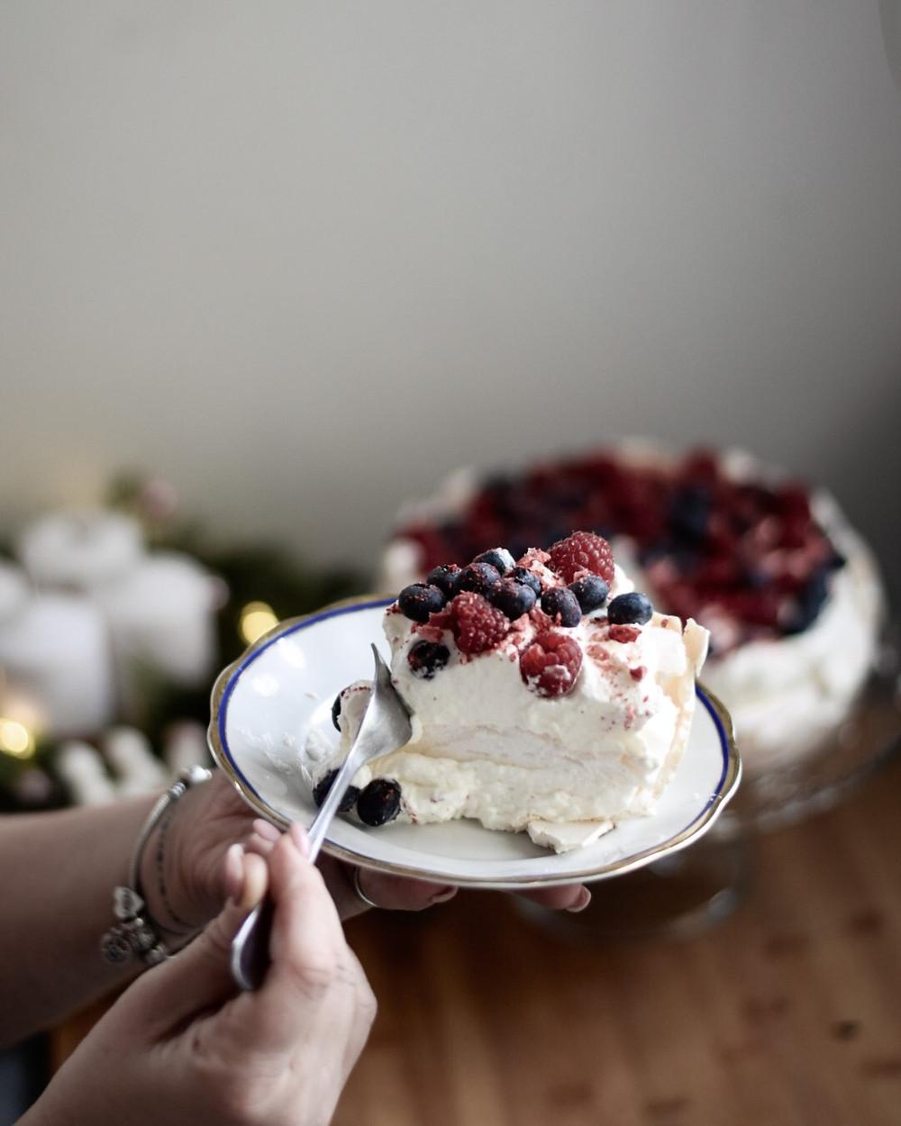 pavlova, torta, helenine čarovnije, recept za torto, biskvit za torto, biskvit za torto ki ne pade dol, rojstnodnevna torta, partypek, partipek, sladke želje, ulline dobrote, yummy tammy, sweetina, torta, božična pojedina, #mojBosch, #boschinfluencer, big bang