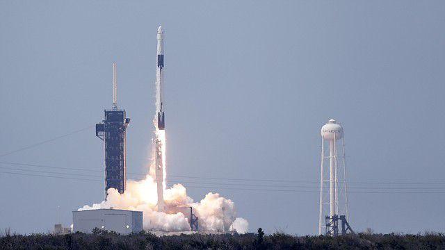 ESPACIO. La misión tripulada de SpaceX en el cohete Falcon 9 despegó con éxito del complejo de lanzamiento 39A en el Centro Espacial Kennedy, en Florida, el 30 de mayo de 2020. | Foto: Efe/Erik S. Lesser.