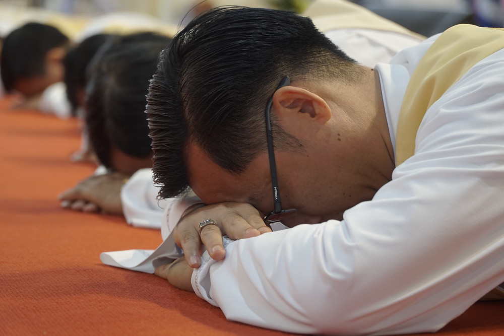 Hình 3: Các thầy phó tế phủ phục trong Kinh cầu các Thánh