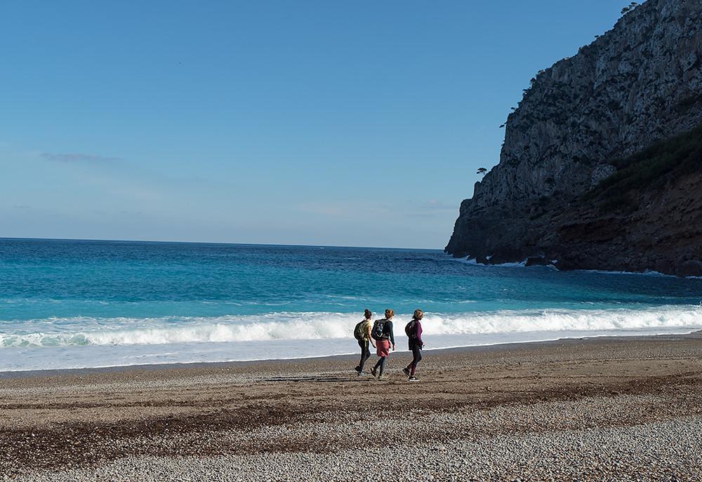 La playa d'es Coll Baix en Alcudia es de piedra. La excursión dura un máximo de 30 hora desde el refugio. Para subir otros 45 minutos.