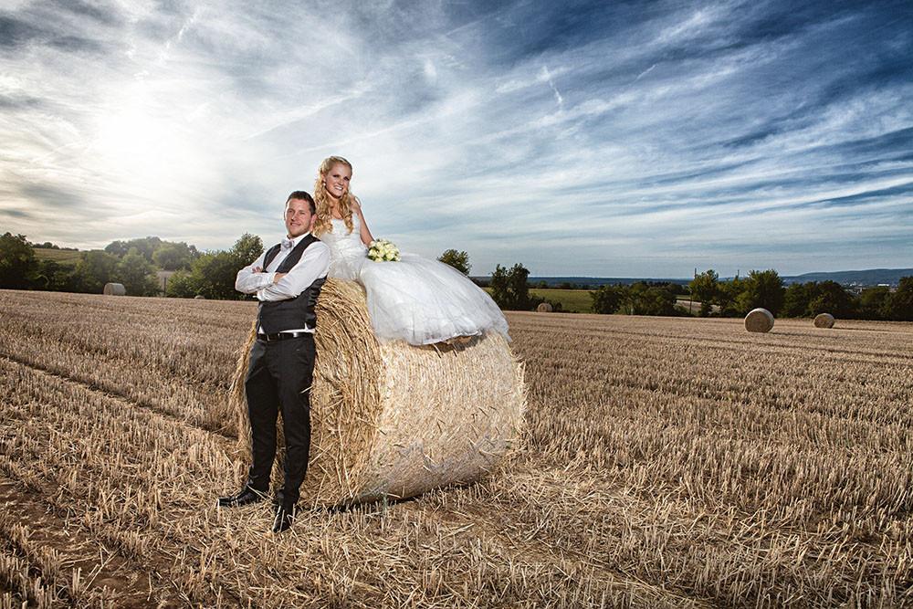 Brautpaar mit Strohballen
