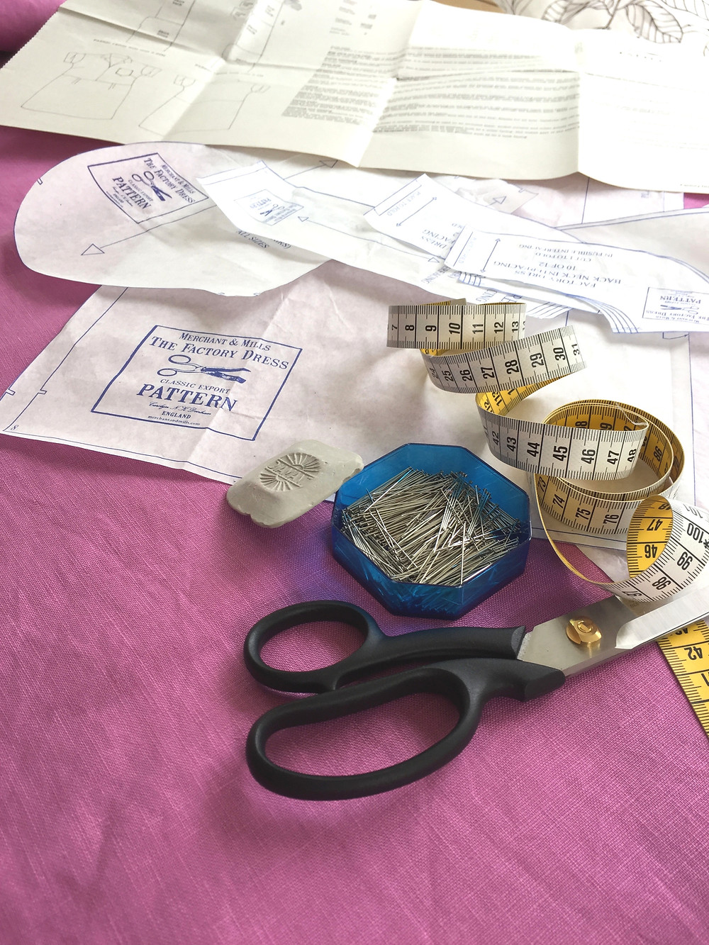 Die Nähanleitung ist leicht zu befolgen und sehr schön gestaltet. So kann man sein Designerkleid selbst nähen.
