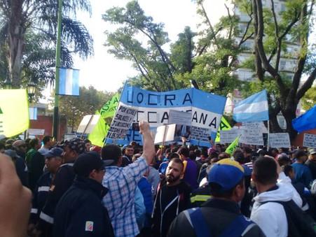 Masiva marcha de trabajadores de la UOCRA