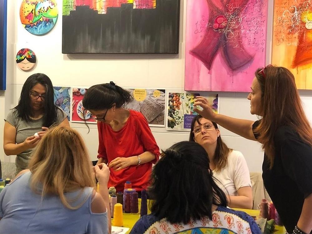 Carla Ramirez enseñando clase arte textil
