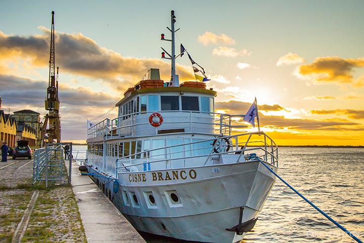 Barco Cisne Branco: para desfrutar de bons momentos com amigos, você - e eles, merecem o melhor do turismo náutico de Porto Alegre.