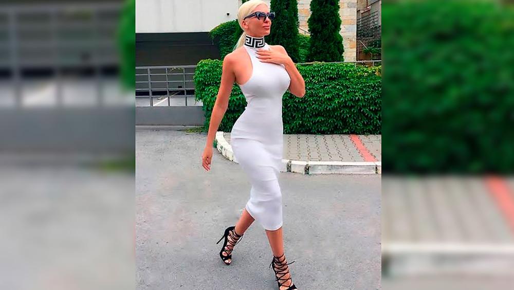 Mujer con vestido blanco.
