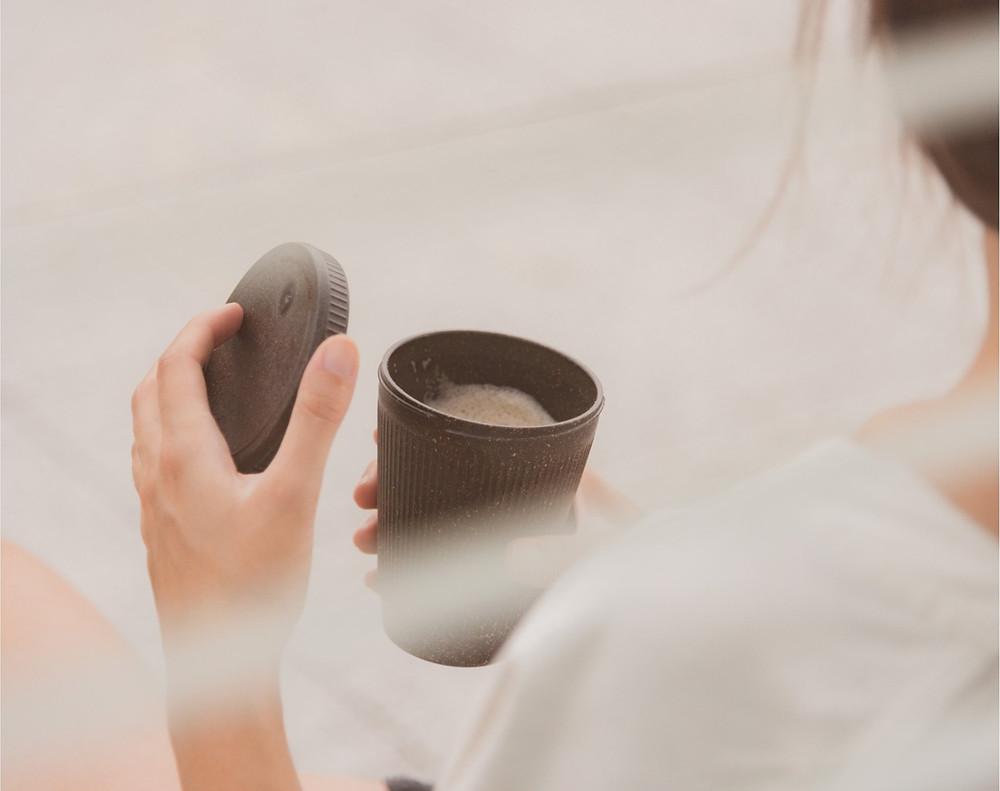 Όταν παίρνεις τον καφέ σου από τα takeaway έχε μαζί σου το δικό σου ποτήρι και συνέβαλε στη μείωση των πλαστικών μιας χρήσης |  Pic: Kafeeform