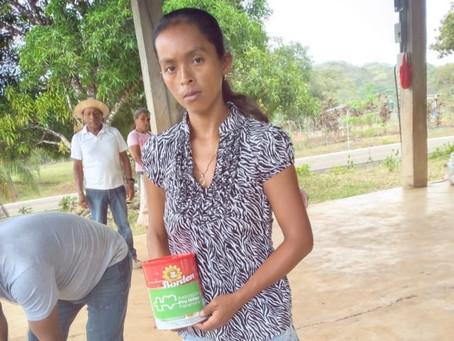 350 familias reciben bolsas de comidas