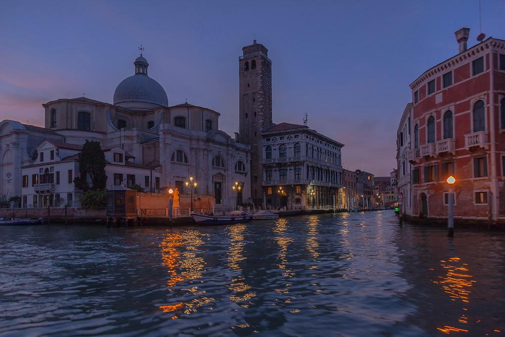Я снимал из трамвайчика, который является общественным трансопртом Венеции. Был красивый вечер. Солнце уже закатилось, сохранив очарование голубого часа.