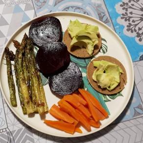 Tartine di avocado e asparagi al forno