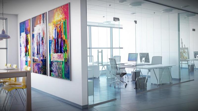 Decoración y reforma de oficina moderna con mamparas divisorias.