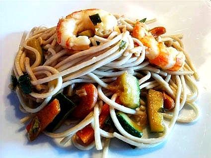 Noodles di frumento e grano saraceno con verdure e gamberi alla salsa di soia e zenzero