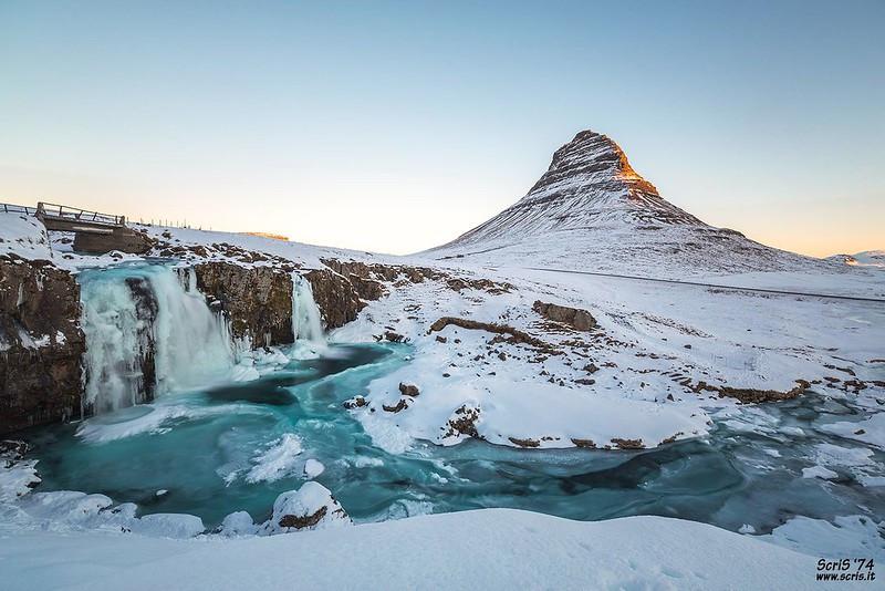 Kirkjufell en Islande neige