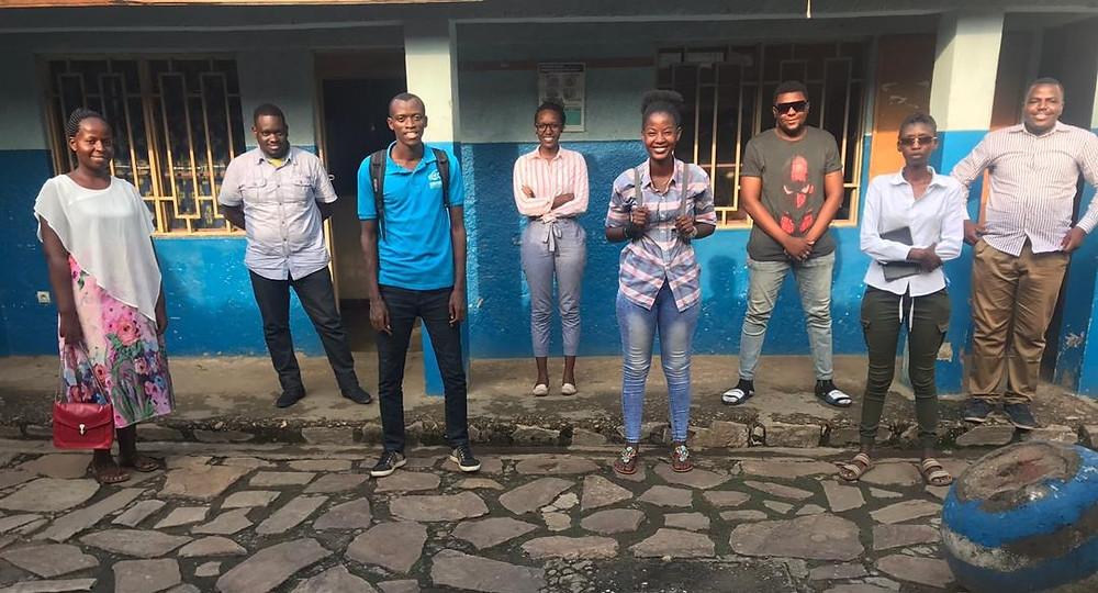 De Gauche à Droite : Esther (Animatrice et chargée des finances APM); Herveux (Vice-Président VAB); Rivardo (Scénariste théâtre); Linka (Chargée de projet VAB); CoeuRit (Slameuse); Édouard (Animateur APM); Bernice The Bell (Artiste Chanteuse) ; Ibrahim ISSA (Chef de Mission APM-Burundi)