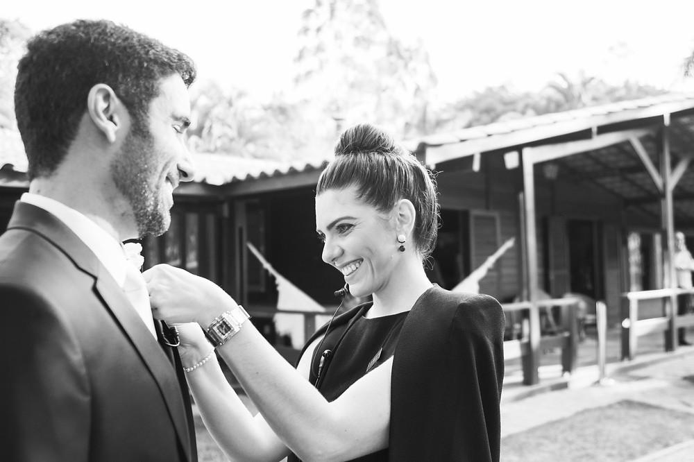 Assessoria de casamento colocando a lapela do noivo antes de entrar no altar